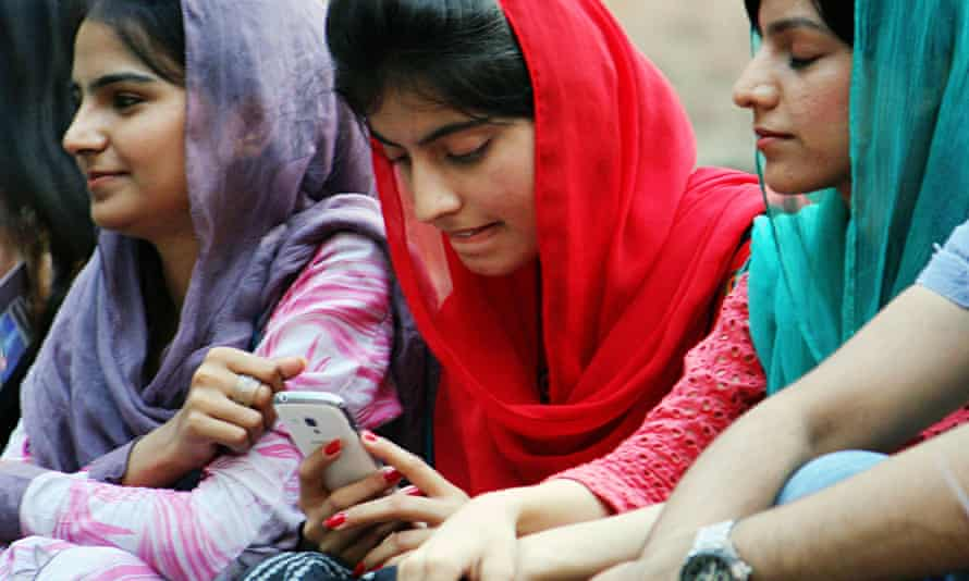 lady on mobile in lahore