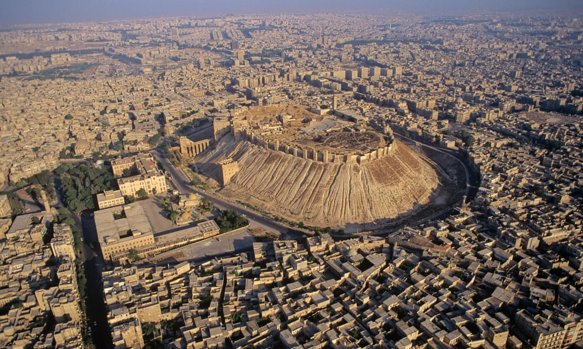 Aerial view of the citadel of Aleppo in 1993.