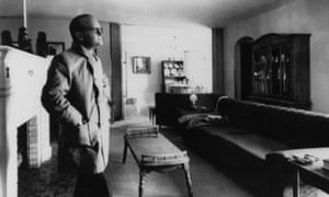 Truman Capote  in the living room of the Clutter ranch house in Garden City, Kansas, April 1967.