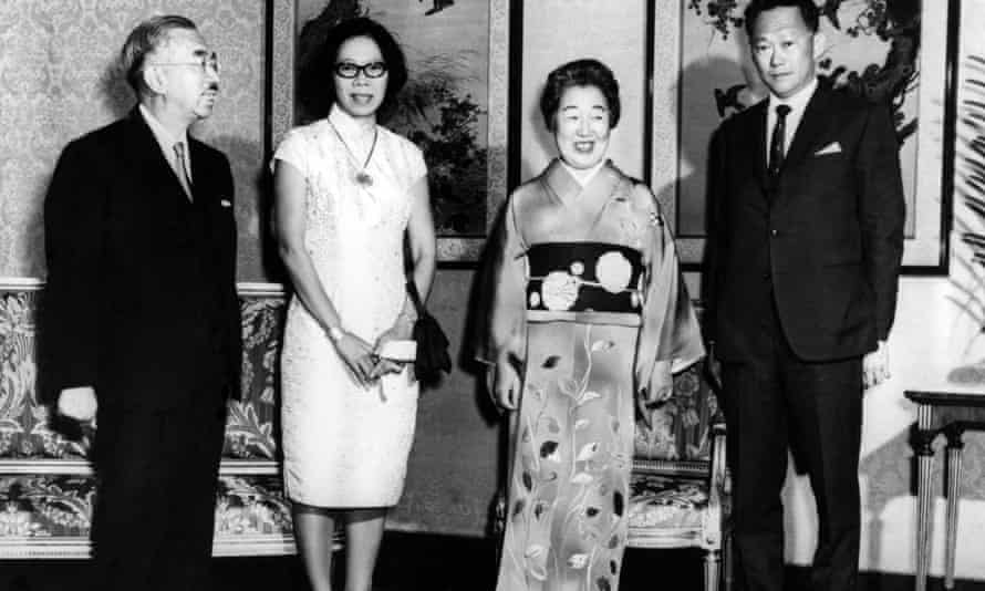 Lee Kuan Yew, right, and his wife, Kwa Geok Choo, second left, posing with the Japanese Emperor Hirohito and his wife Empress Nagako, in the Imperial Palace in Tokyo in 1968.