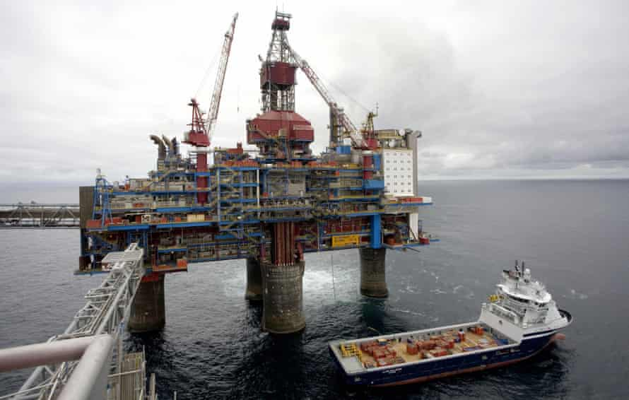 A general view taken on May 15, 2008 shows the Sleipner gas platform, some 250 kms off Norway's coast in the North Sea. With its facility for carbon monoxide capture and storage (CCS) on a large scale, the Sleipner natural gas field, operated by Norwegian gas and oil company StatoilHydro since 1996, pumps about one million tons of carbon monoxide 1,000 meters under the North Sea.