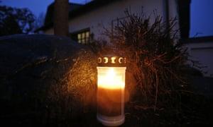 在德国Montabaur的Andreas Lubitz家的家前面的蜡烛。
