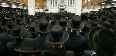 Followers of ultra-orthodox Jewish Rabbi Moses Teitelbaum of the Satmar Hassidim pack the Congregation Yetev Lev D'Satmar in the town of Kirays Joel, New York, April 25, 2006, during a funeral service for the rabbi before his burial nearby. Teitelbaum, the spiritual leader of the Satmar Hassidim sect since 1980, died April 24 at Mount Sinai Hospital in New York where he was being treated for spinal cancer.  REUTERS/Mike Segar
