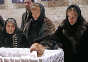 Dina Eidman (Nemtsov's mother), Irina Korolyova (Nemtsov's secretary), and Dina (Nemtsov's daughter) beside his coffin.