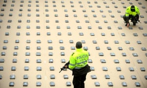 Colombian police officers with 440 kg of cocaine