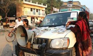 Khabar Lahariya journalists spread the word about the newspaper in Chitrakoot in Uttar Pradesh.