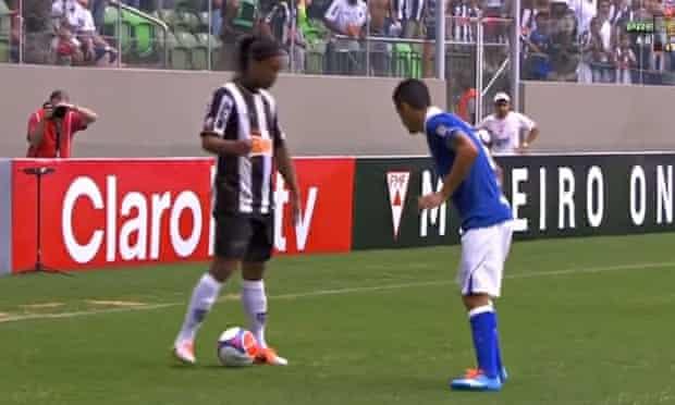Ronaldinho no-look pass