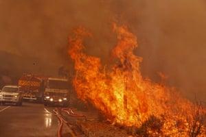 Fire fighters battle a fire near Hout Bay