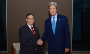 US secretary of state, John Kerry, (R) shakes hands with Cuban foreign minister, Bruno Rodriguez, in Panama City, Panama