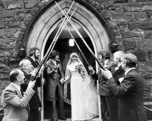 """1980 Alex """"Hurricane"""" Higgins and Linda Higgins (née Avison) emerge from a United Reform Church to an arch of snooker cues provided by a guard of honour"""