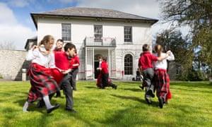 来自Ysgol Gynradd Aberteifi的学生在翻新的卡迪根城堡的场地上表演传统的威尔士舞蹈