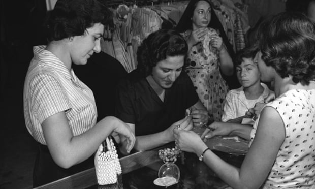 Women looking at jewellery in Baghdad in the 50s.