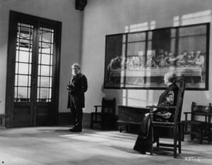 Austrian actor Oscar Homolka plays Dutch prime minister Paul Kruger, with Renee De Vaux as Mrs Kruger