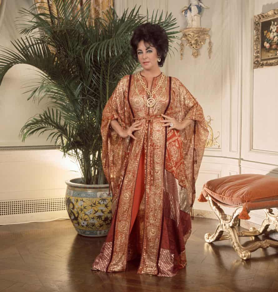 Elizabeth Taylor sporting a fine kaftan in New York in 1976.