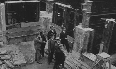 Architects examine the structure of the Home Insurance Building on its demolition in 1931