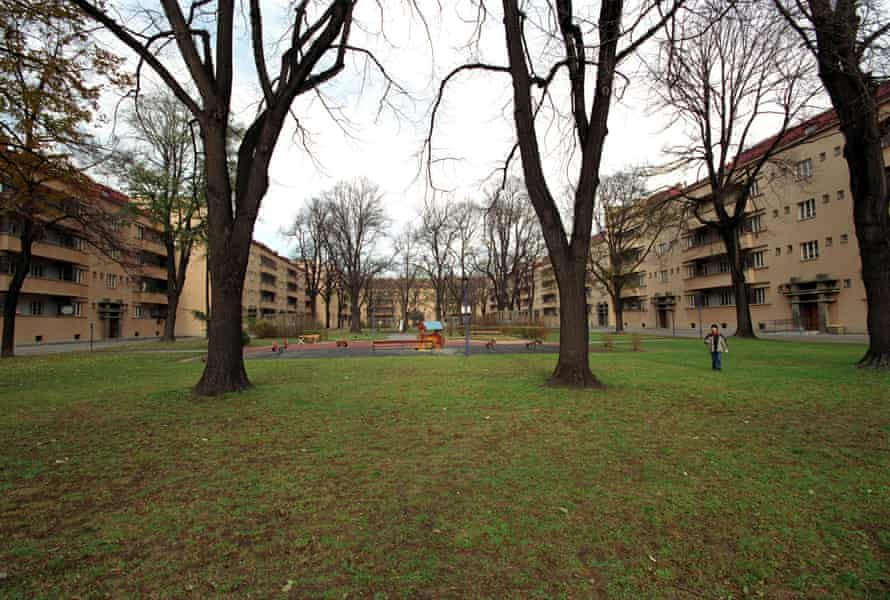 The archways lead not to progressively more dingy sub-apartments, but to open, park-like spaces, full of social buildings, trees and playgrounds.