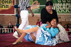 When I was working in the San Pedro prison in La Paz I met a woman living inside the jail and leaving only during the weekend for a fight. That made me curious to follow this woman in her world of the Bolivian female lucha libre Winner, sport