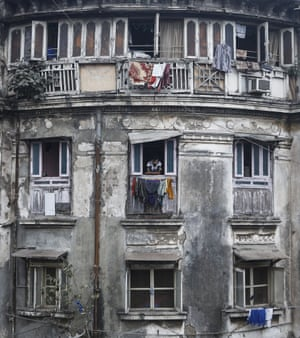 An old residential building in Mumbai close to the city centre ranges from 12,000 Indian rupees ($ 200) per square feet to 112,552 Indian rupees ($ 1800) per square feet