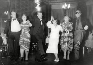 1985 Dennis Taylor and his wife Patricia lead the hokey-kokey at the celebrations after Taylor won the World Championship