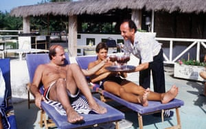 1986 Willie Thorne and his friend Gary Lineker relax whilst on holiday in Spain