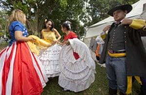 Confederados prepare to dance.