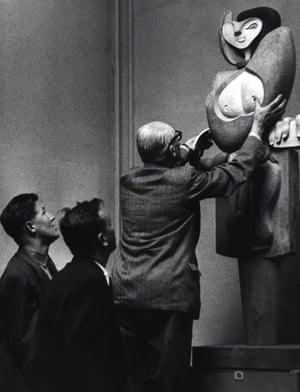 Corbusier adjusts his sculpture Femme