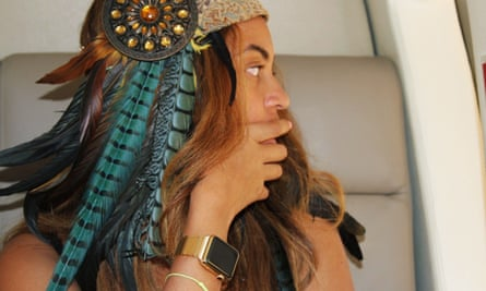 Beyoncé with her gold Apple watch.
