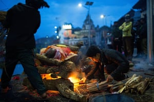 Kathmandu residents perform cremation rituals for victims killed in the devastating earthquake at the Pashupatinath Temple in Kathmandu, Nepal