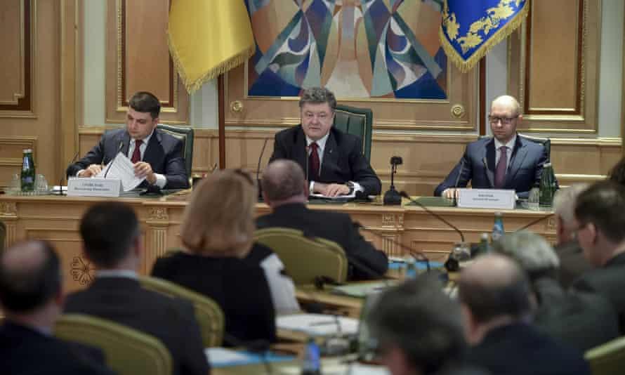 President Petro Poroshenko flanked by Volodymyr Groysman, chairman of the Verkhovna Rada, and Arseniy Yatsenyuk, prime minister, at the first meeting of the constitutional committee.