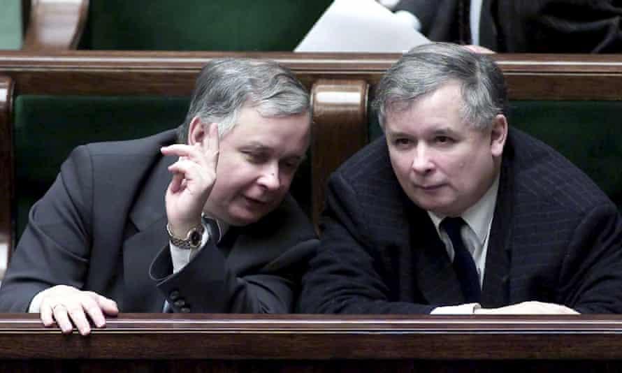 Lech Kaczyński, left, and his identical twin, Jarosław Kaczyński, right, confer during a 2002 parliamentary session in Warsaw.