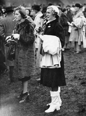 1938 Racegoers at the meeting
