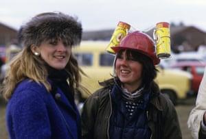 1986 Racegoers sport contrasting types of headgear