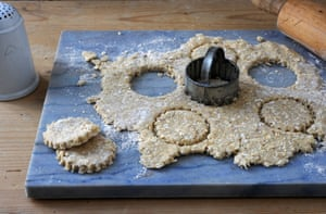 Oat biscuits: cut the pastry into rounds