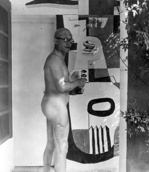Taken by an unknown photographer in the mid-1920s, this picture shows Le Corbusier, in all his resplendent glory, at work on his mural.