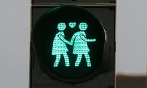 A street light with a same-gender pair in dowtown Vienna.