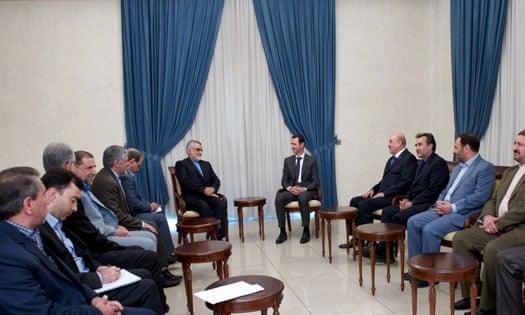 Ali Mamlouk, capo della Sicurezza Nazionale Siriana, siede all'immediata sinistra di Bashar al Assad (quarto dalla destra) durante un meeting nel maggio 2015 con l'iraniano Alaeddin Boroujerdi (a sinistra) del Comitato per la politica estera e la sicurezza nazionale. Credits to: SANA.