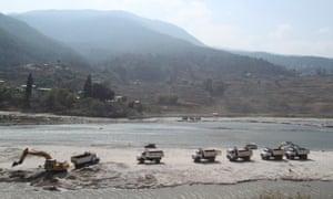 Sand mining along the Punatsangchhu River, near the Puna I dam site.