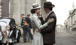 Claire with Frank in 1945 – Caitriona Balfe and Tobias Menzies