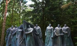 Revolutionary fighter sculpture in Grutas Park.