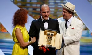 """Colombian director Cesar Augusto Acevedo (C) poses after being awarded with the Camera d'Or for his film """"La tierra y la sombra""""  during the closing ceremony of the 68th Cannes Film Festival in Cannes, southern France, May 24, 2015. At L, actress Sabine Azema and at R, Actor John C Reilly.        REUTERS/Eric Gaillard:rel:d:bm:LR2EB5O1CDKEG."""