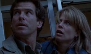 Pierce Brosnan and Linda Hamilton in Dante's Peak
