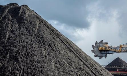 An automated bucket-wheel excavator loads coal into ships
