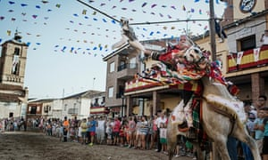 During the festival to honour Saint James in El Carpio de Tajo, riders perform a variety of the races called 'running the goose' where they must behead dead geese hanging and tied up in the main square.