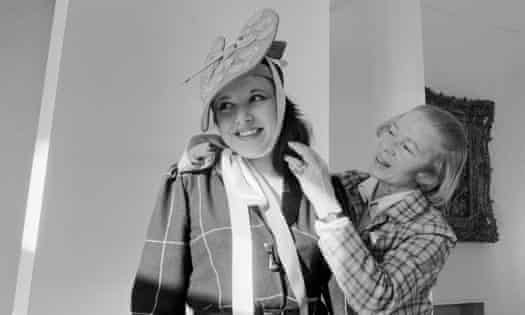Carven, right, trying out a hat on a model in 1979.