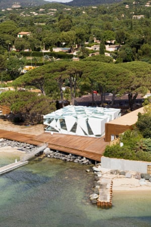 The Ito-Balmond Serpentine pavilion now serving as a beachside restaurant in the grounds of the luxury hotel Le Beauvallon, in Côte d'Azur.