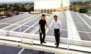 Department of Energy Secretary Jericho Petilla (right) and Solar Philippines president Leandro Legarda Leviste inaugurate the 700-kilowatt Central Mall Biñan Solar Plant, the largest own-use rooftop power plant in Southeast Asia.