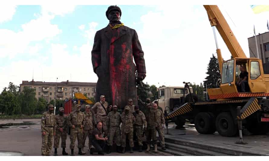 Ukrainian nationalists pose before the statue of Lenin in Sloviansk before tearing it down.