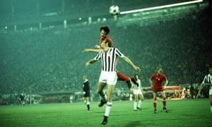 Johan Cruyff views with Francesco Morini in 1973.