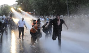 """<a href=""""https://www.amnesty.org/en/latest/news/2015/06/armenia-investigate-alleged-police-abuses-after-protesters-doused-with-water-cannon-and-arrested/"""">Amnesty International have criticised</a> the use excessive force on peaceful protestors"""