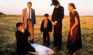 THE REFLECTING SKIN [BR / CAN 1990] [L-R] VIGGO MORTENSEN, [?], JEREMY COOPER, LINDSAY DUNCAN [on ground], [?], [?]COLOURCANADIANUS1990sCHILD ACTORSCHILDRENFIELDSFAMILY FAMILIESDEAD BODY BODIESCORPSESSCENE OF THE CRIME